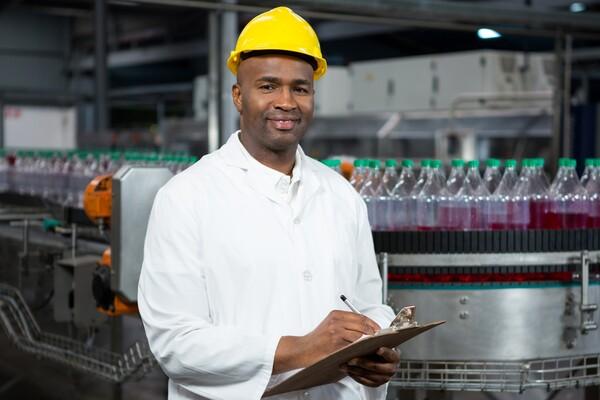 A imagem contém um engenheiro de alimentos exercendo um dos tipos de trabalho.