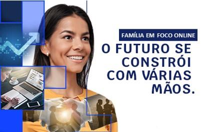 """A imagem contém uma mulher sorridente olhando de perfil. Ao seu lado há o texto """"Família em foco online: O futuro se constrói com várias mãos."""