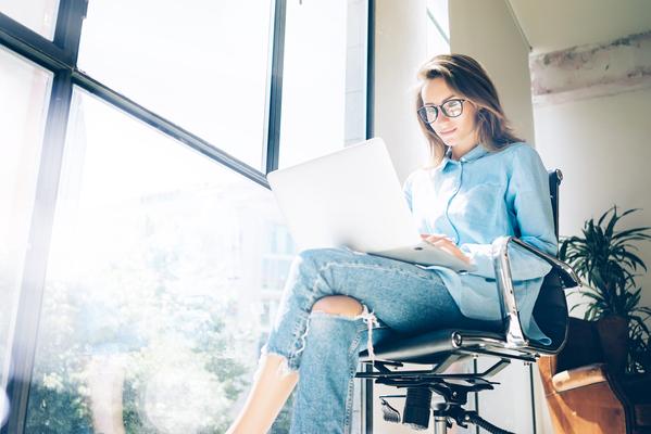 A imagem contém uma mulher fazendo gestão de marketing.